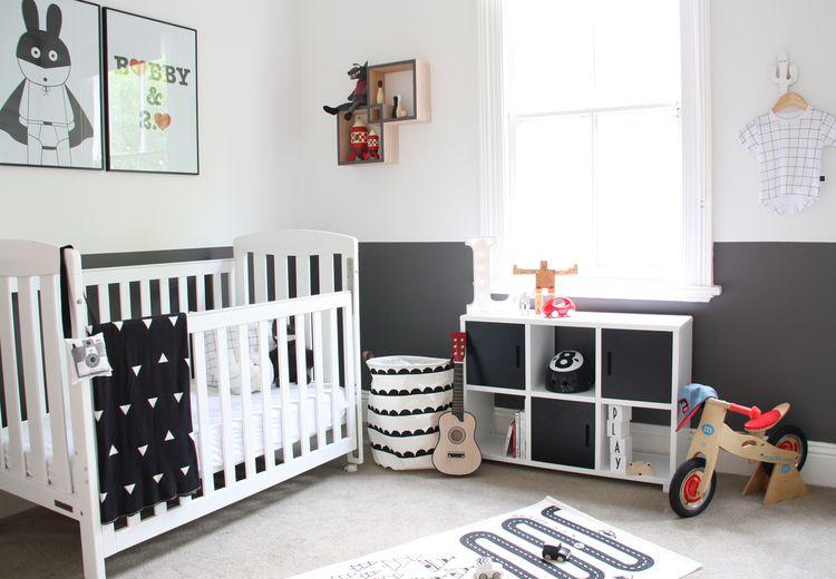 Guardería en blanco, negro y gris con diseño gráfico y pared decorativa geométrica
