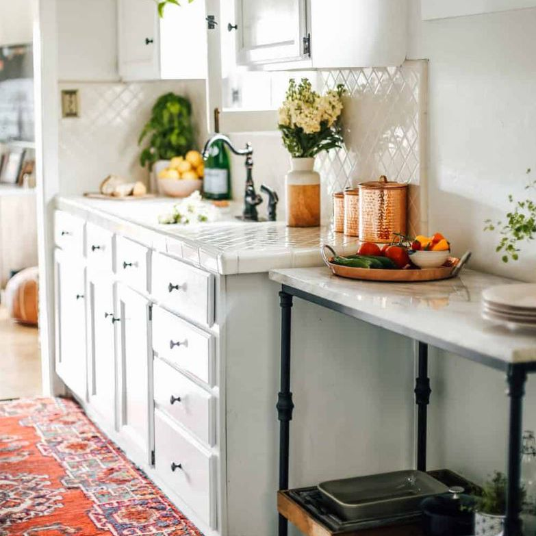 Cocina de alquiler renovada con gabinetes blancos nuevos .Cocina anticuada con gabinetes de roble color miel.