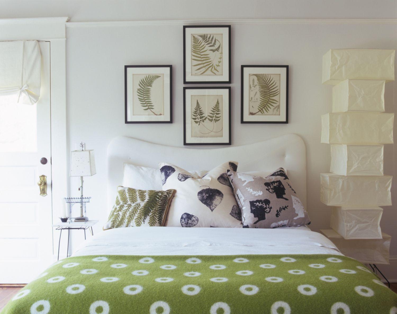 Как красиво повесить картинки над кроватью
