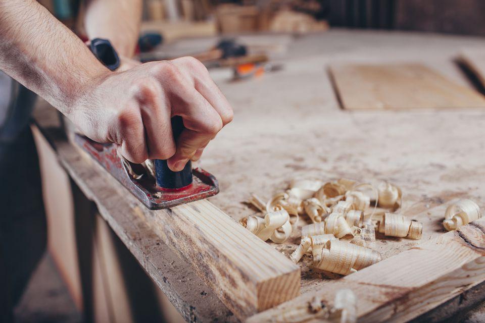 Plano de mano y madera