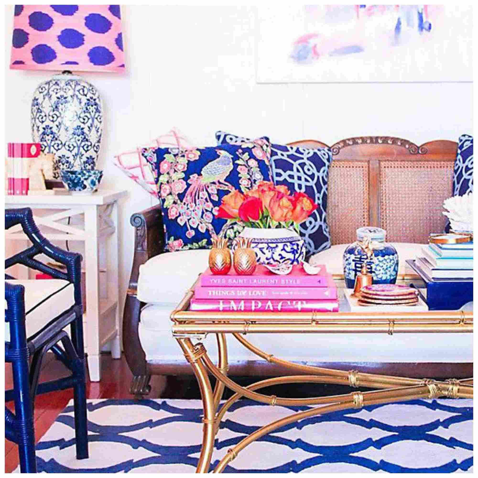Sala colorida con alfombra blanca y azul, mesa de café y almohada azul encima de un sofá