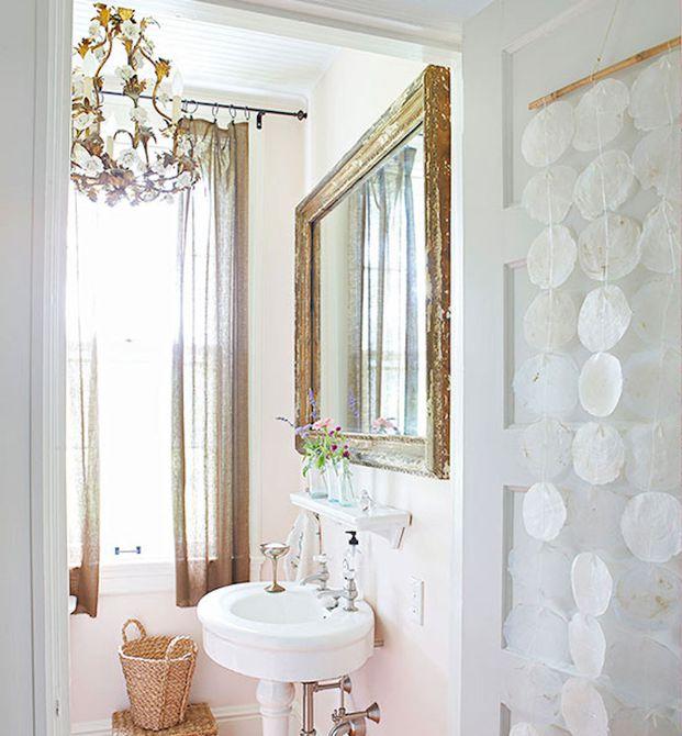 Baño blanco y dorado