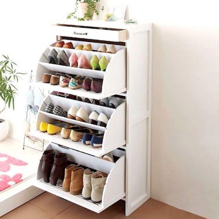 Alrededor de dos docenas de zapatos colocados en un almacén extraíble