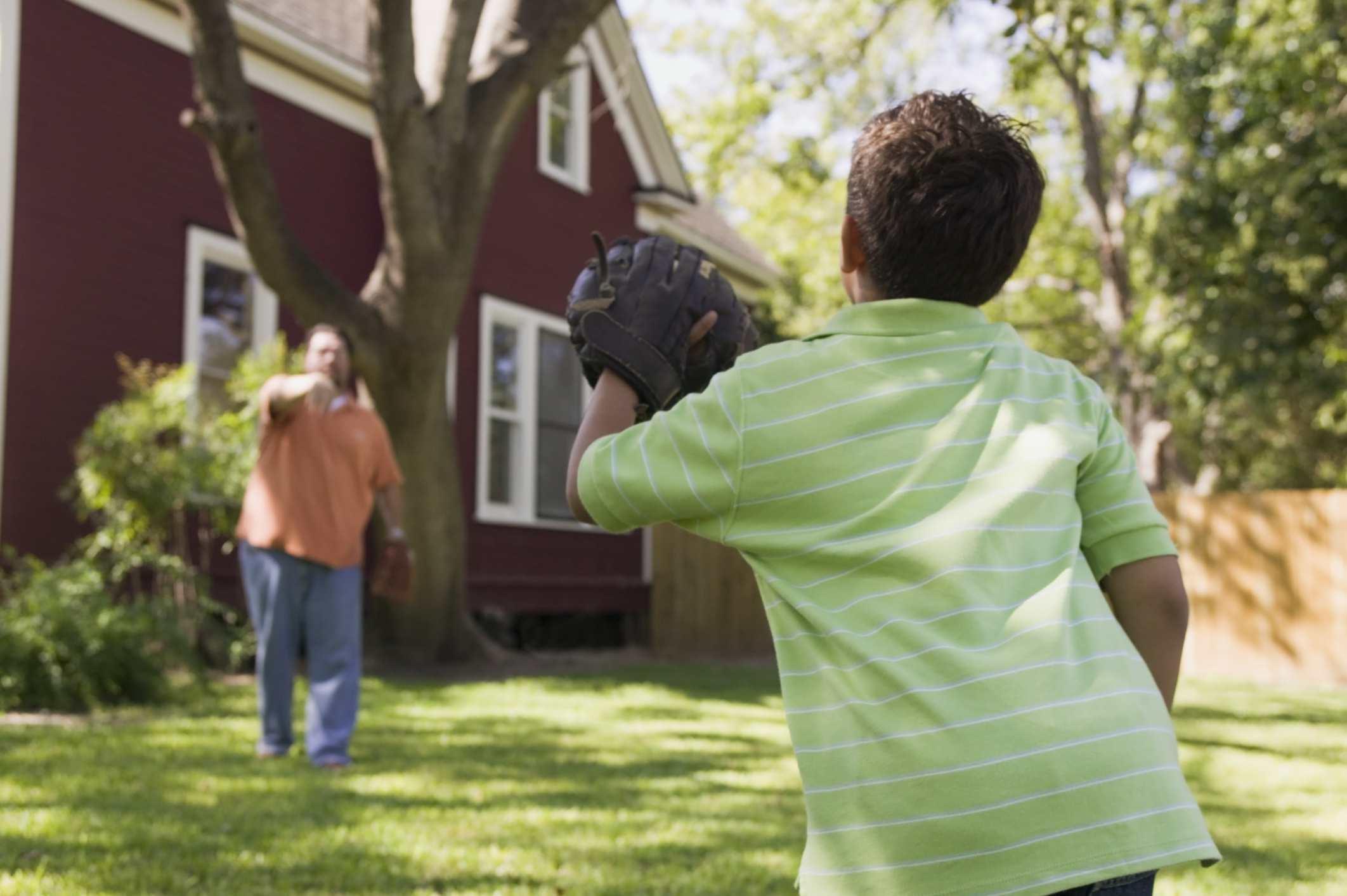 Padre e hijo jugando béisbol