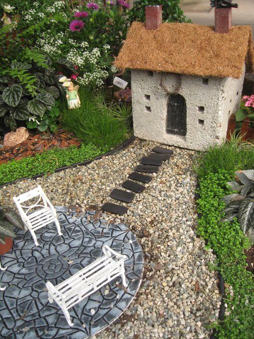 Casa en miniatura y muebles en jardín de hadas