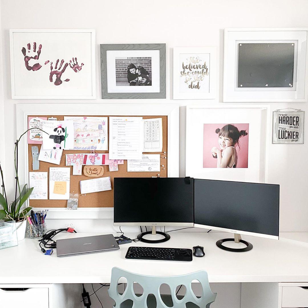 Oficina hogareña con obras de arte enmarcadas