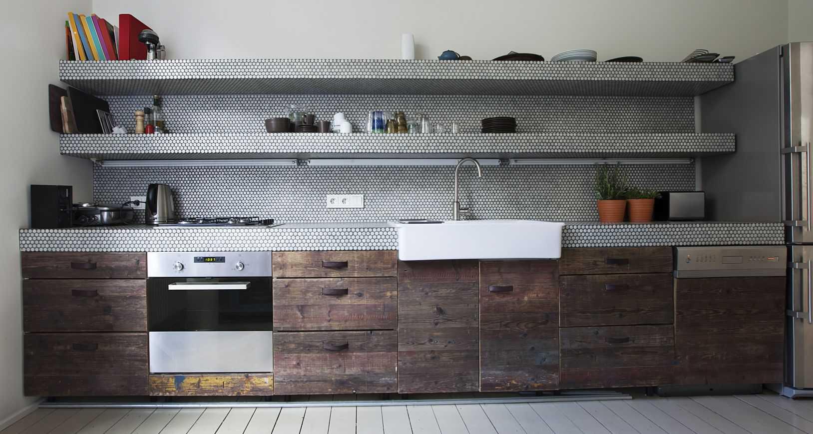 Cocina con estantes abiertos largos
