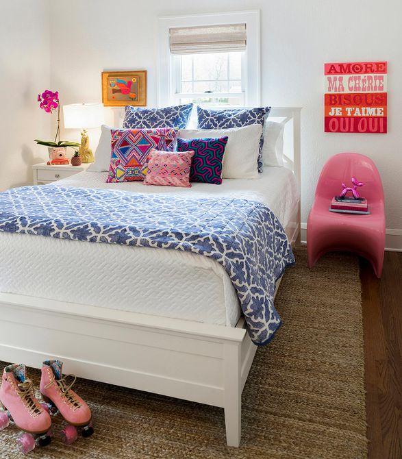 dormitorio juvenil colorido con patines de color rosa
