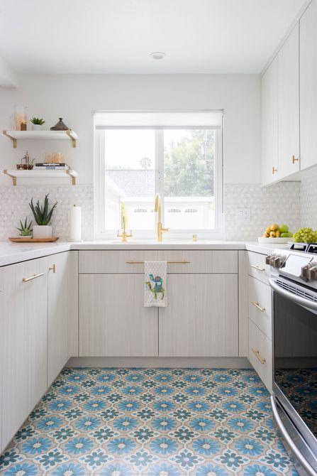 Baldosas coloridas en la cocina blanca