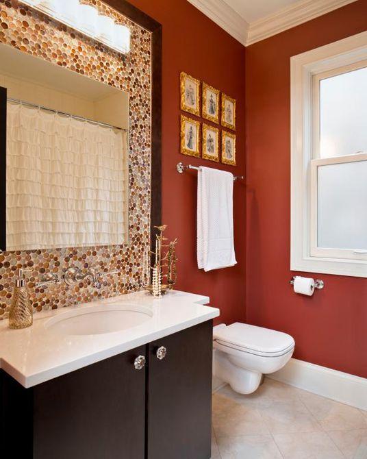 baño con una pared de color rojo oscuro