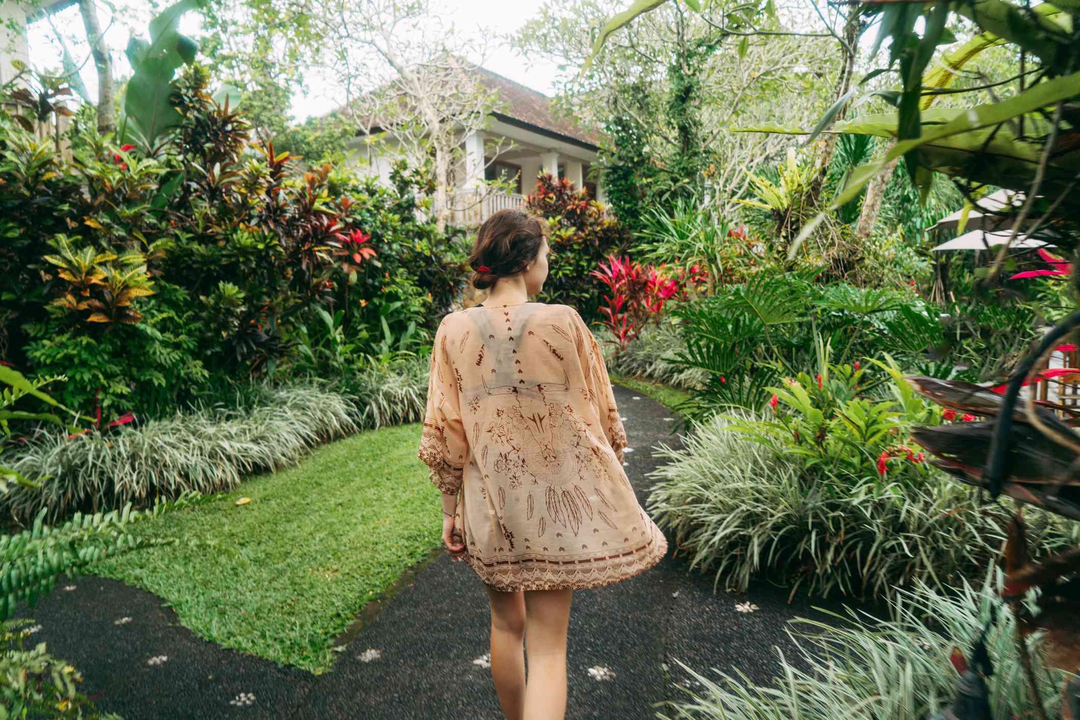 mujer en jardín tropical , biblioteca del vecindario
