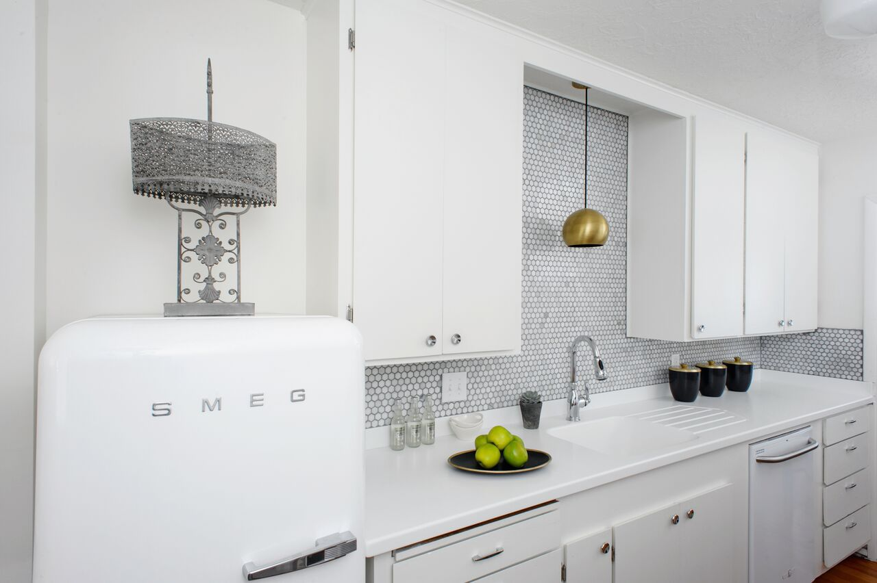 cocina retro blanca con refrigerador SMEG