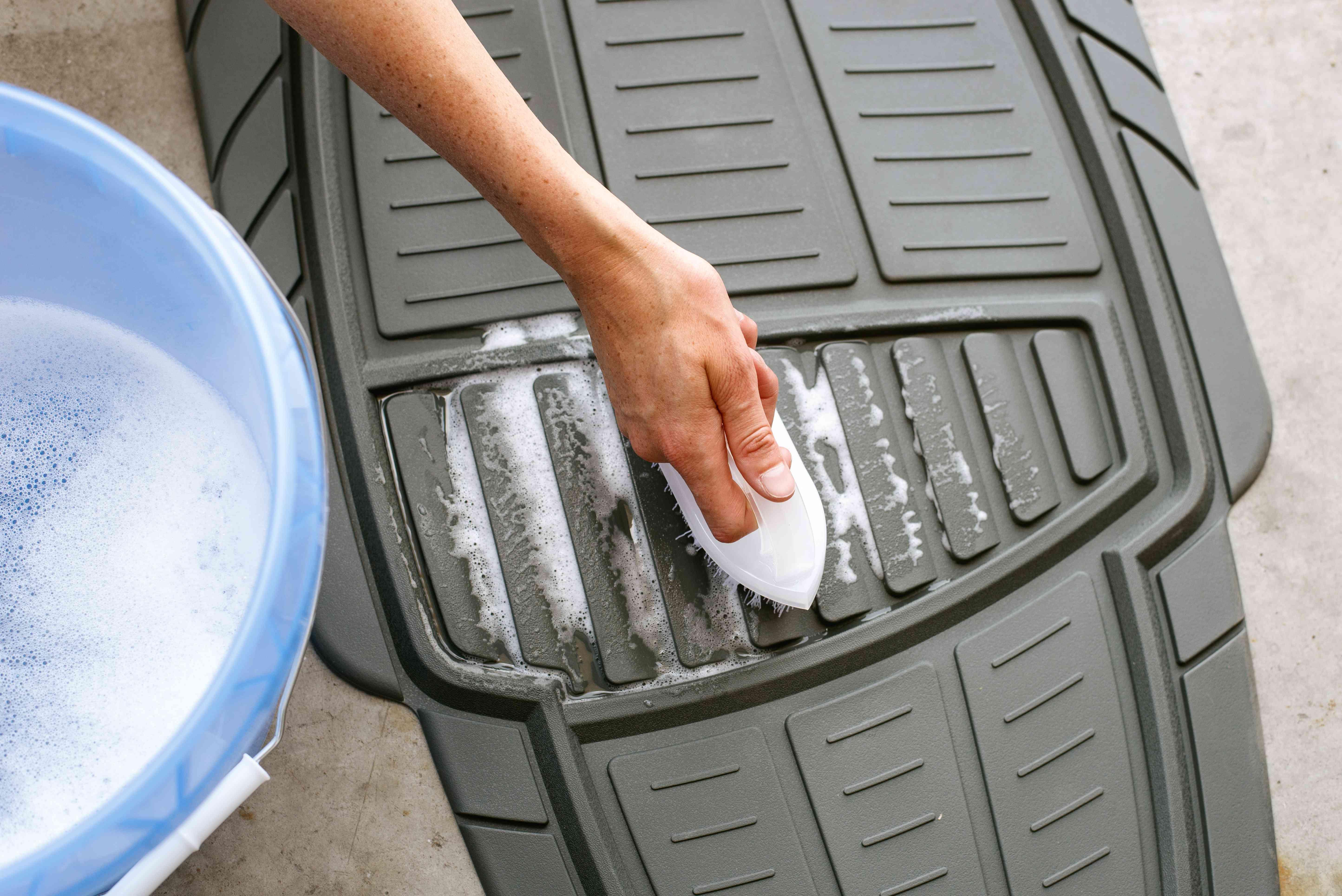 Medium-bristled brush scrubbing rubber car mat
