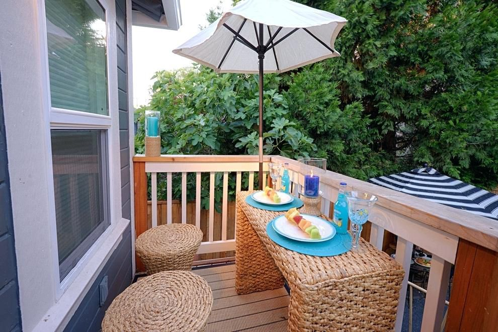 muebles de ratán en el balcón