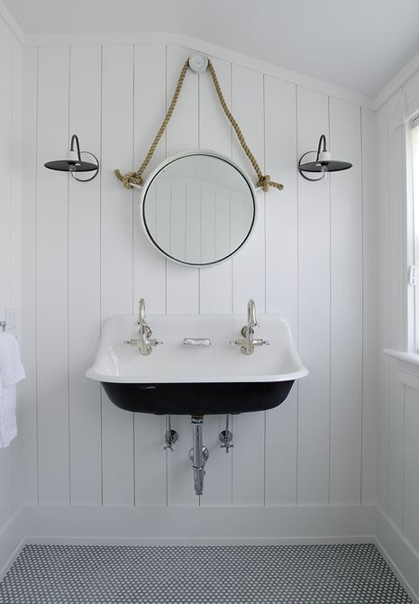 baño de ático con paredes de paneles de madera