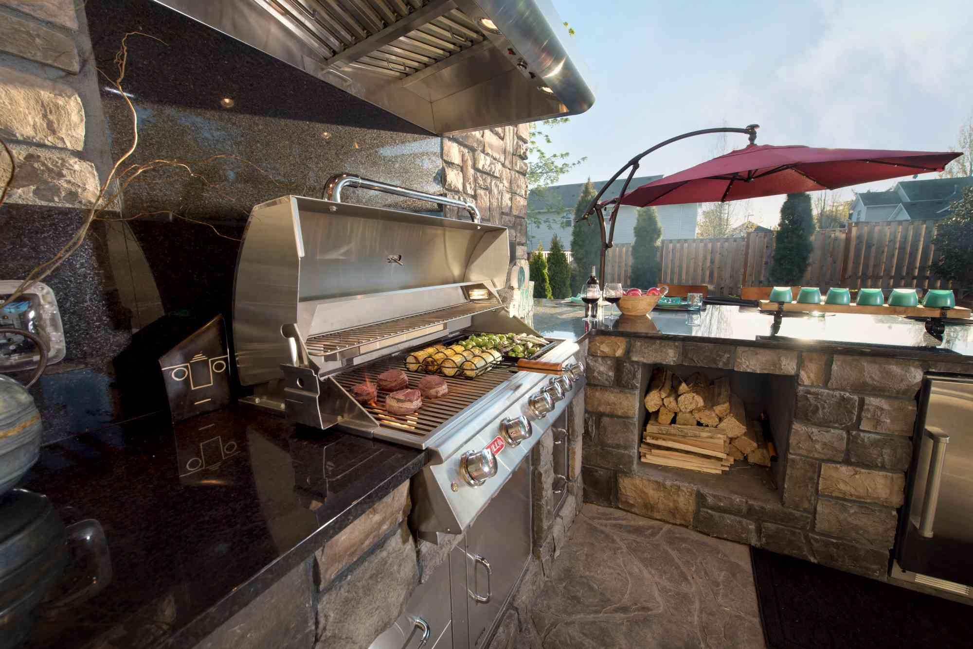 cocina de patio trasero con parrilla , cocina al aire libre