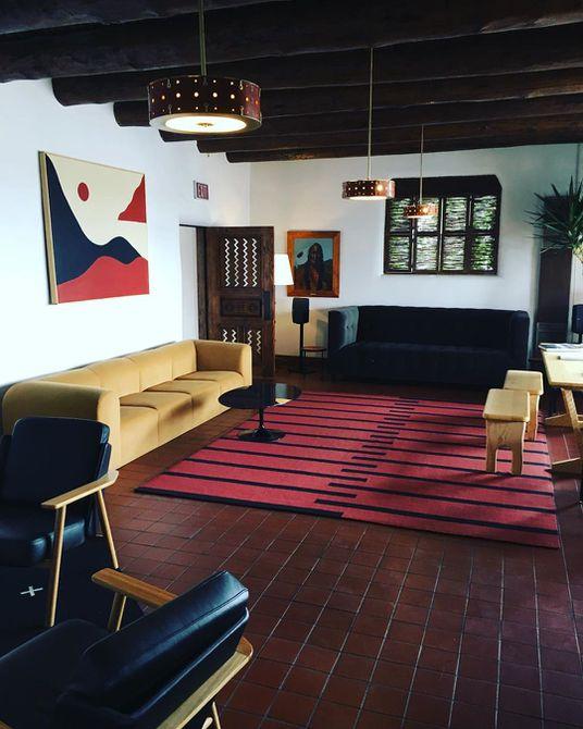 Sala de estar del sudoeste con detalles en rojo y amarillo