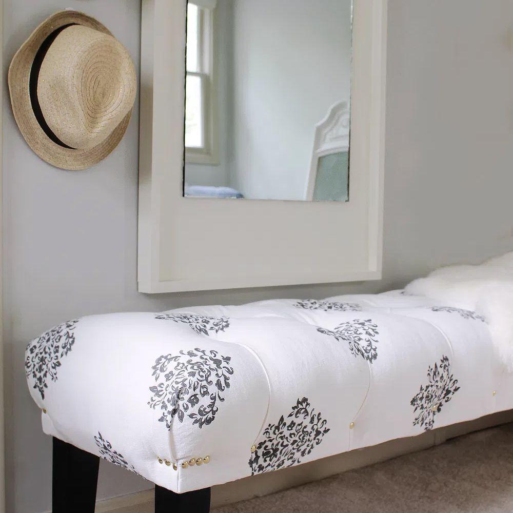 Un banco blanco y negro en una habitación