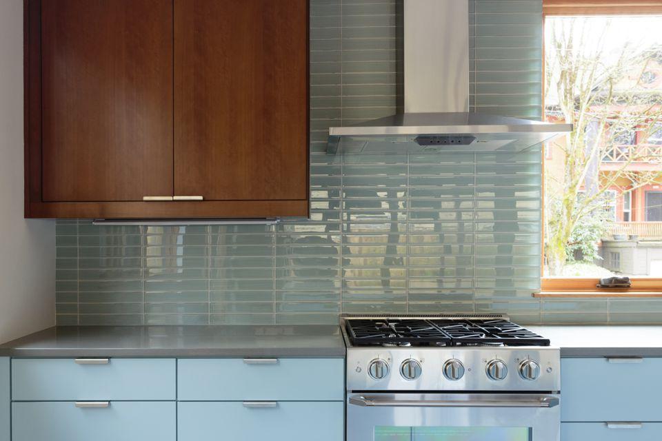 Agregue un poco de color sin abrumar el espacio, la base o los gabinetes de pared solo para una cocina de dos tonos