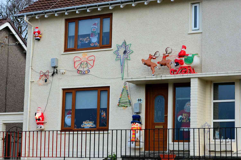 casa con decoración navideña