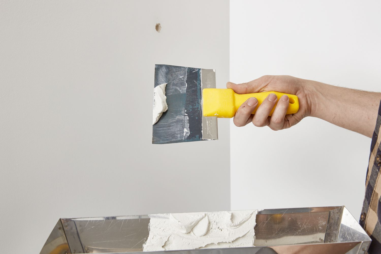 loading up the drywall knife