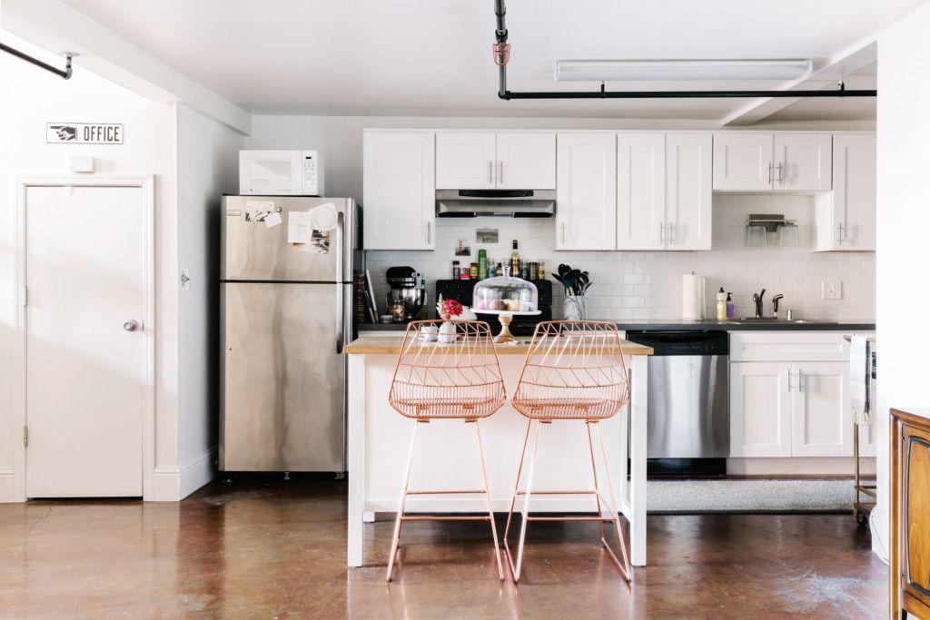 gabinetes de cocina blancos con espacio abierto