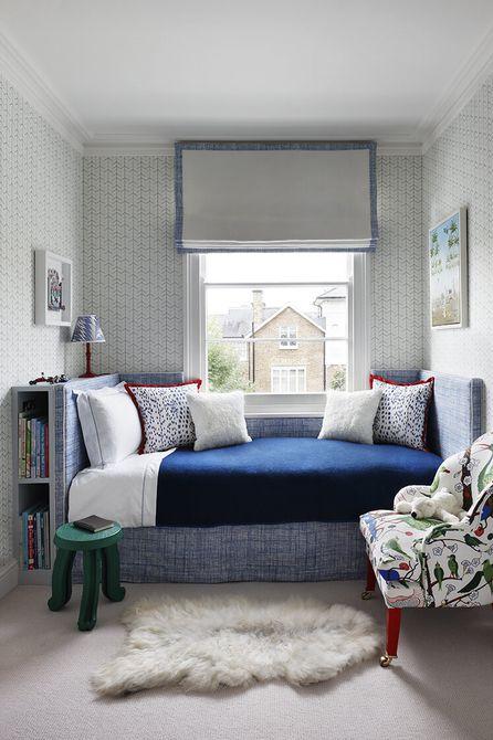 Habitaciones con azul y rojo acentos