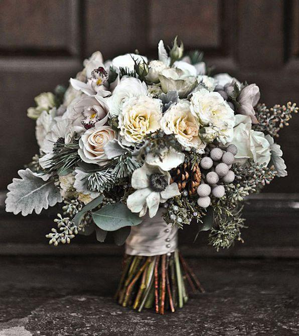 Ramo de boda de invierno de anémona, piña y hoja perenne