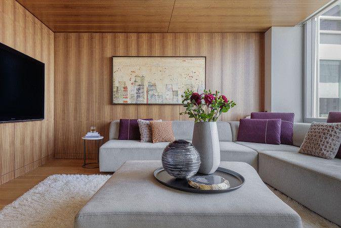 paneles modernos de madera en la sala de estar