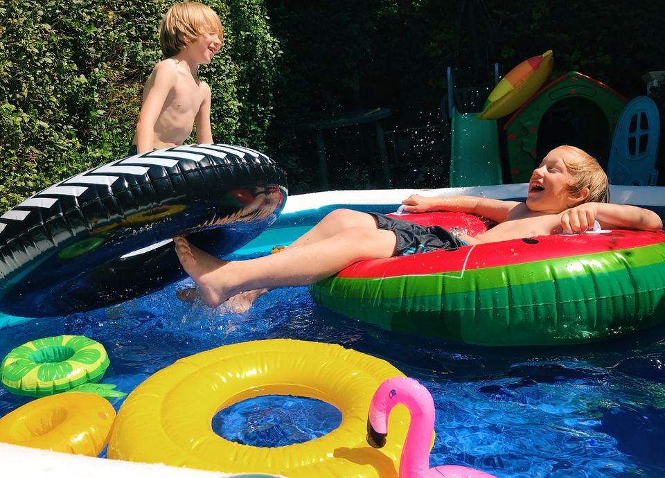 Niños divirtiéndose jugando en una piscina infantil