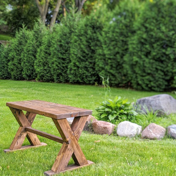 Un banco de madera en un patio