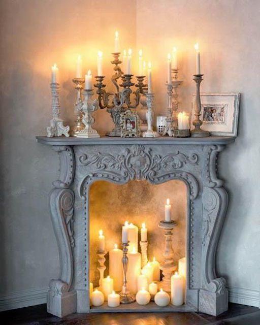 Clásico chimenea decorada con velas encendidas