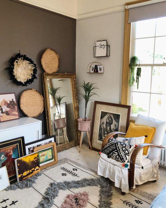 Habitación con paredes marrones y mucho arte