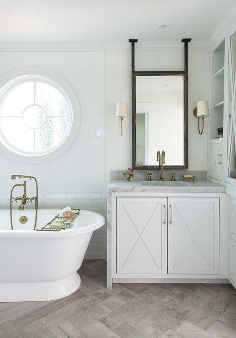 fregadero de mármol en cascada con placa para salpicaduras compacta en un estilo de casa de campo baño