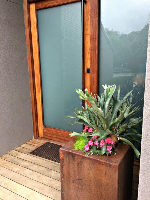 casa moderna en el porche delantero