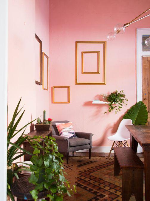 comedor de color rosa marcos dorados de la habitación en la pared