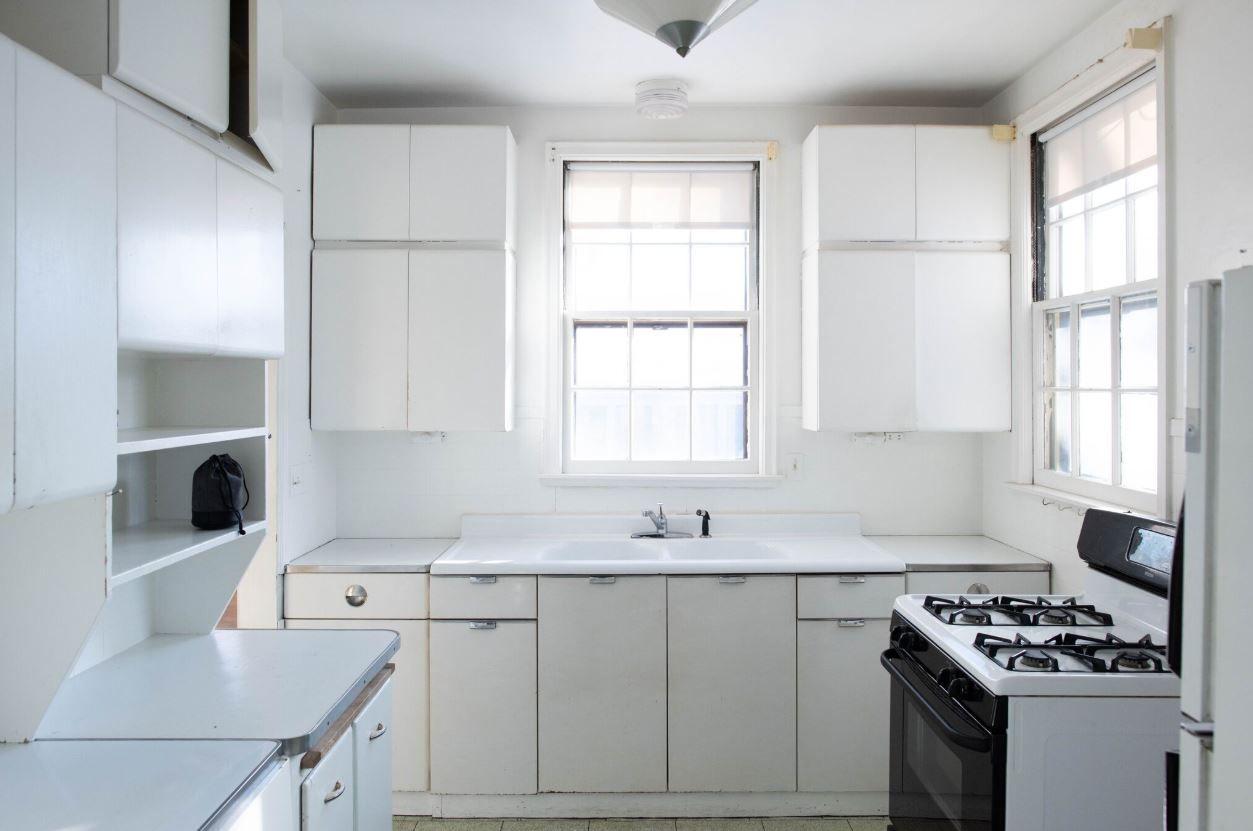Cocina blanca antigua en casa superior de reparadores