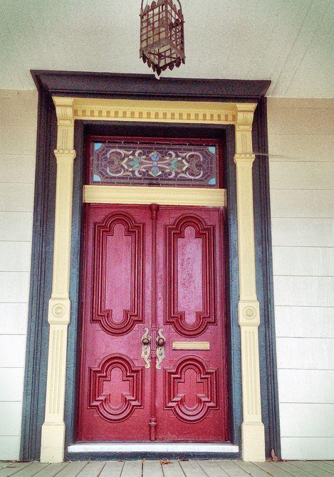 puerta roja cerrada