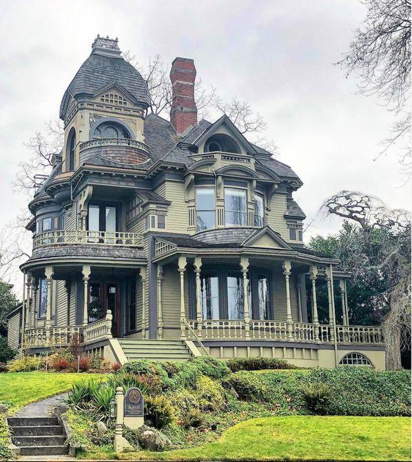 Reina Anne de alto estilo , casa victoriana con techo abuhardillado