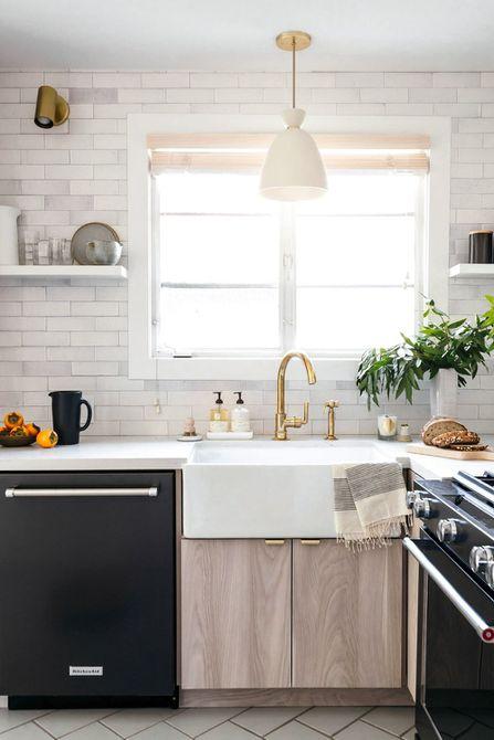 cocina con azulejos blancos