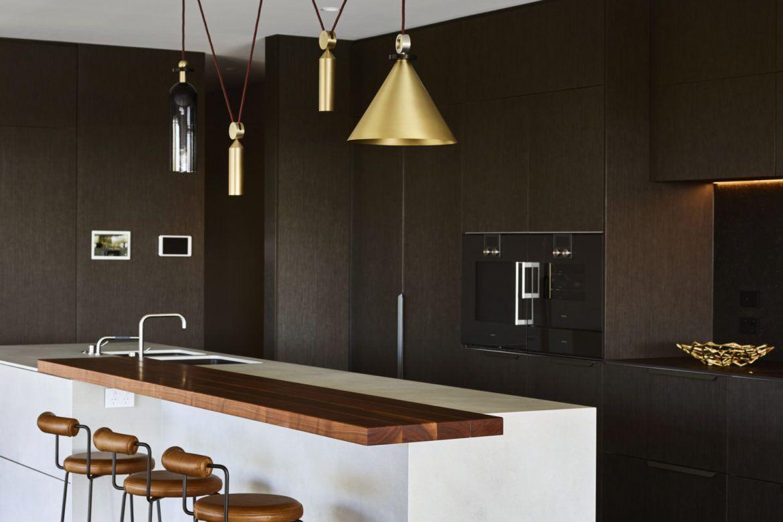 Moderna y elegante cocina espresso negra con detalles en blanco y madera y herrajes metálicos