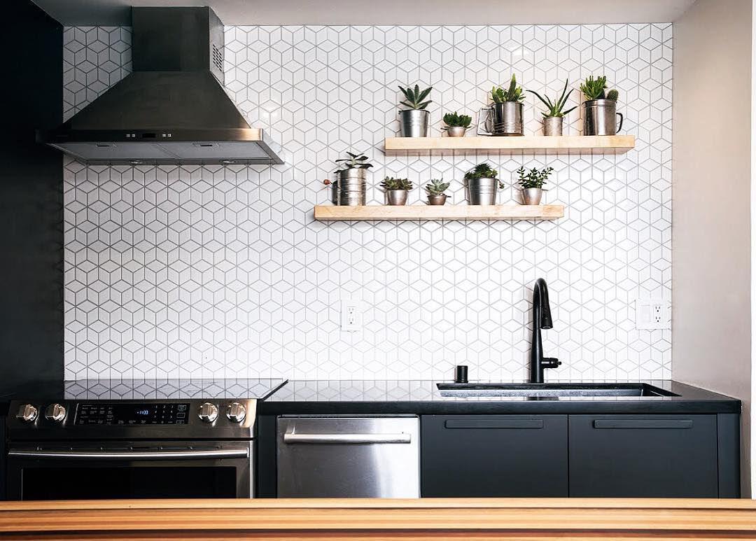 revestimiento de pared geométrica en cocina contemporánea