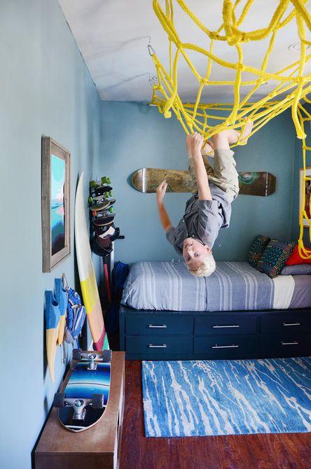 Habitación de niños con tema de skate y surf con estructura de juego