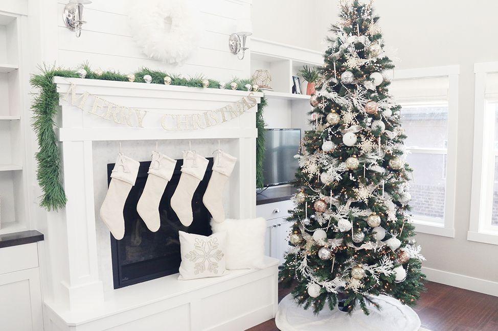Árbol de Navidad Feliz Pastel con regalos debajo.