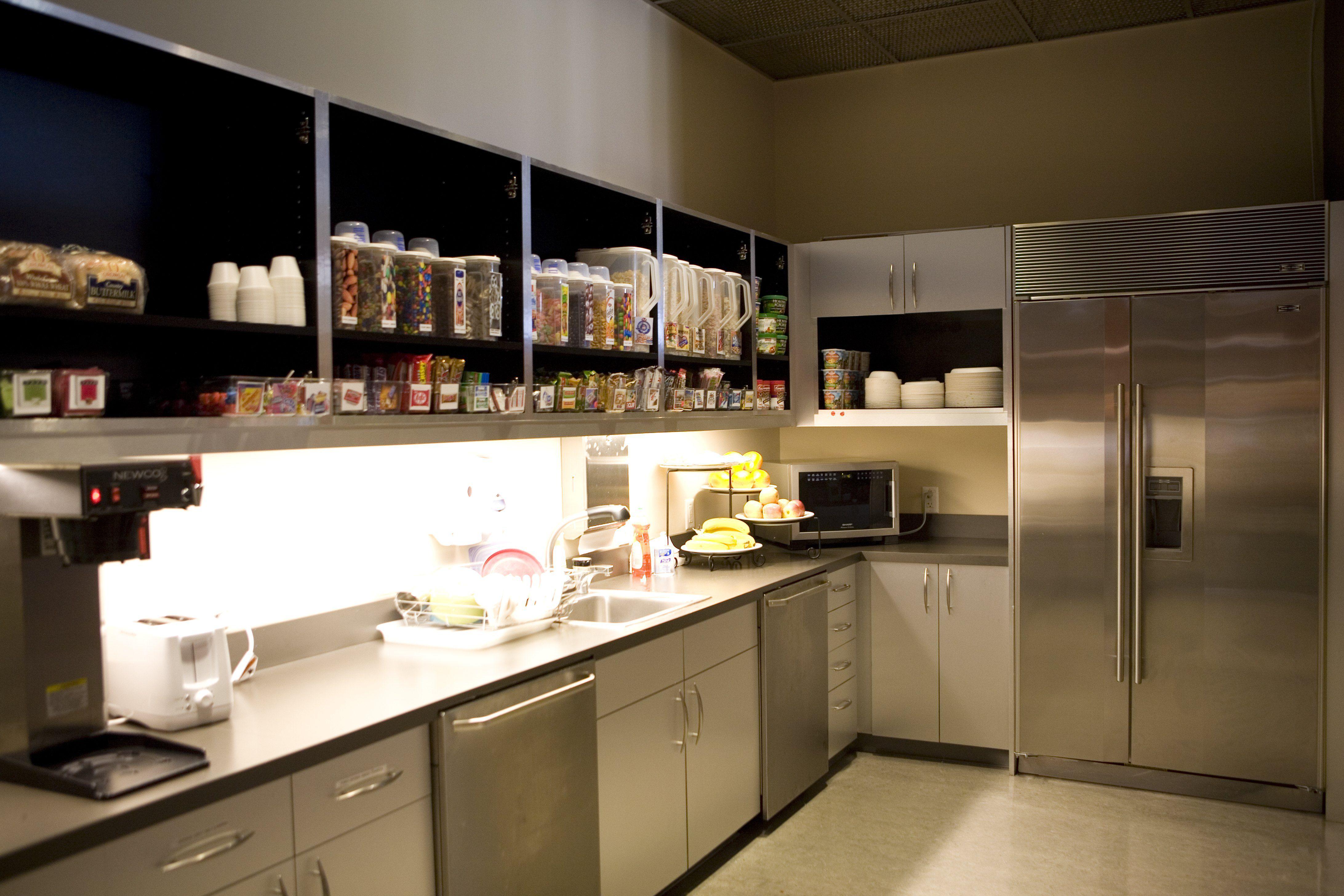 Dos paredes de una cocina de acero inoxidable