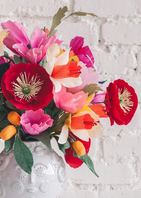 A florero lleno de flores de colores