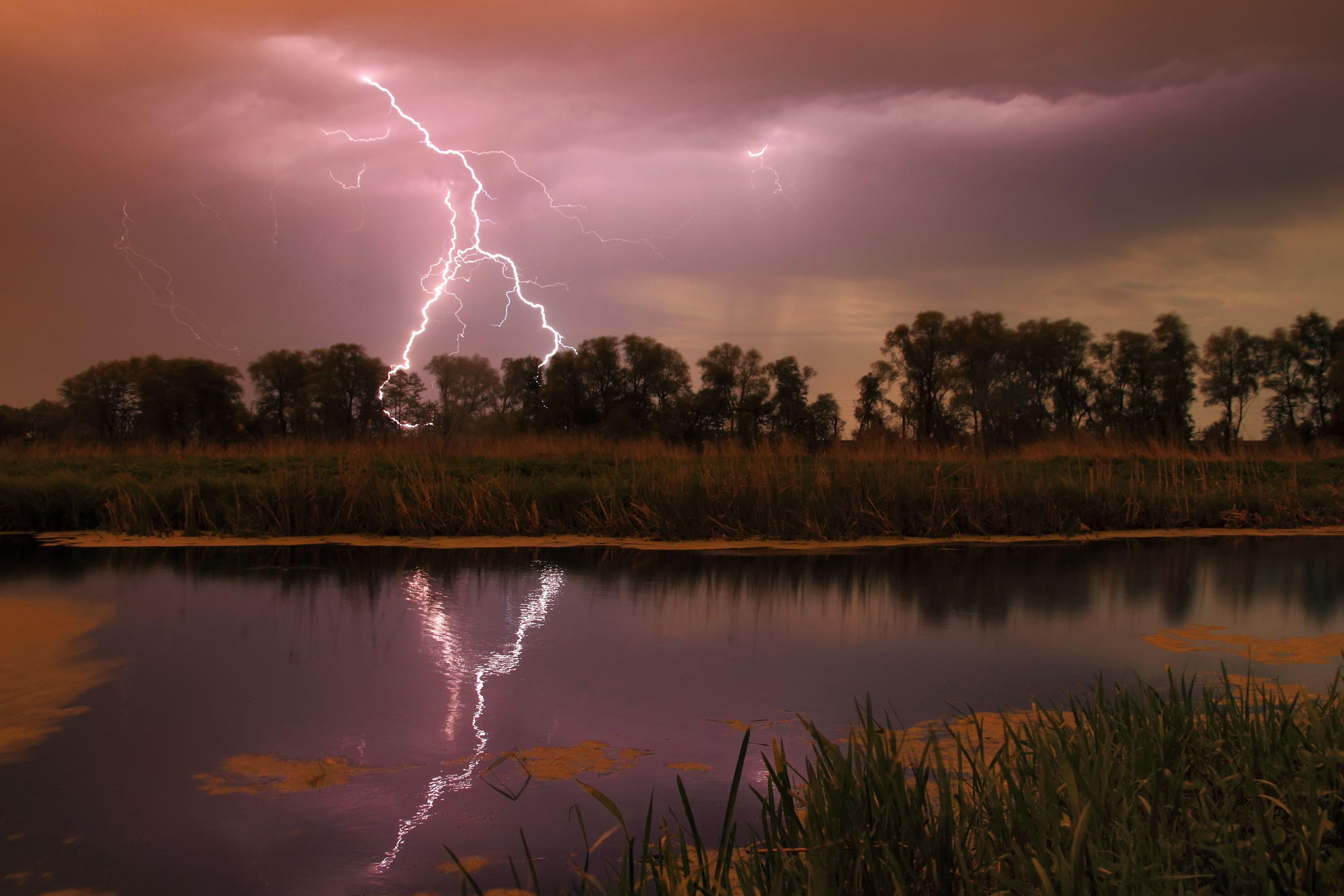Tormenta eléctrica sobre el río por la noche