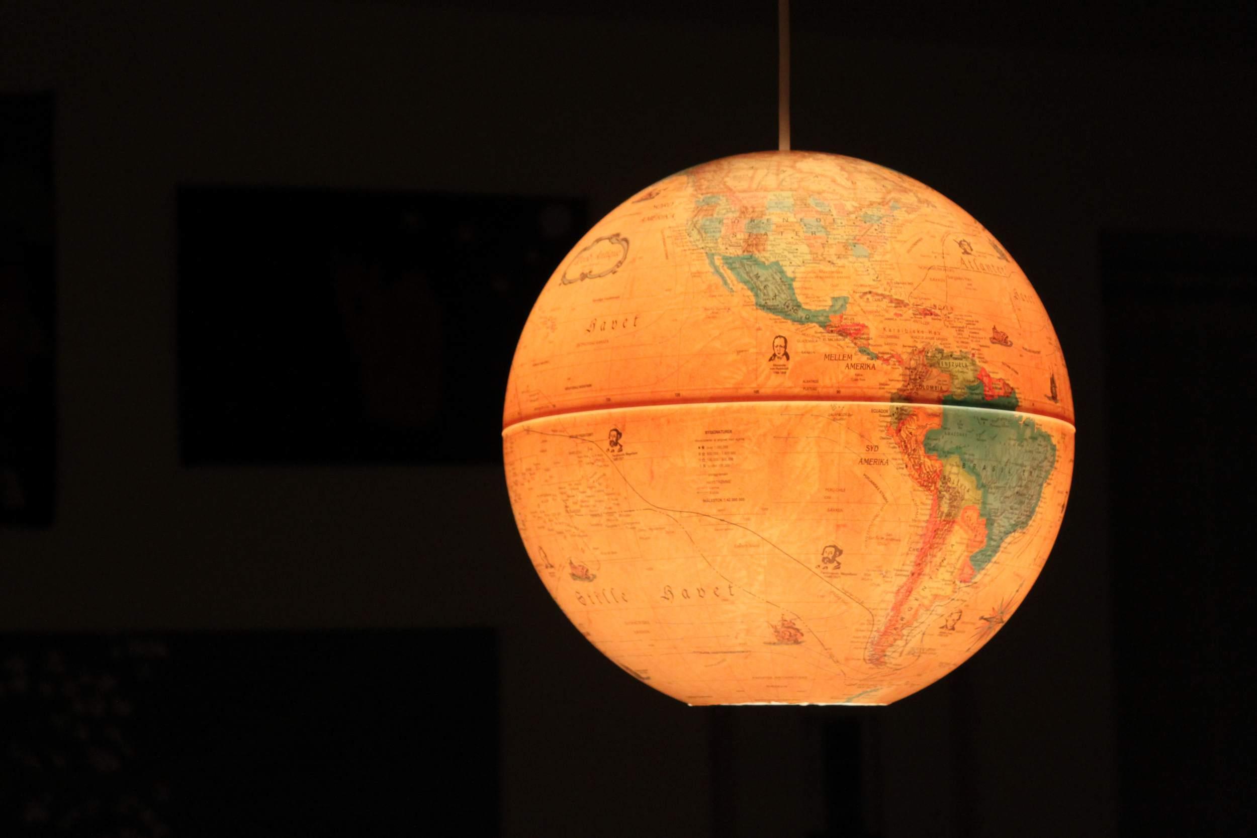 Lámpara colgante hecha de un globo