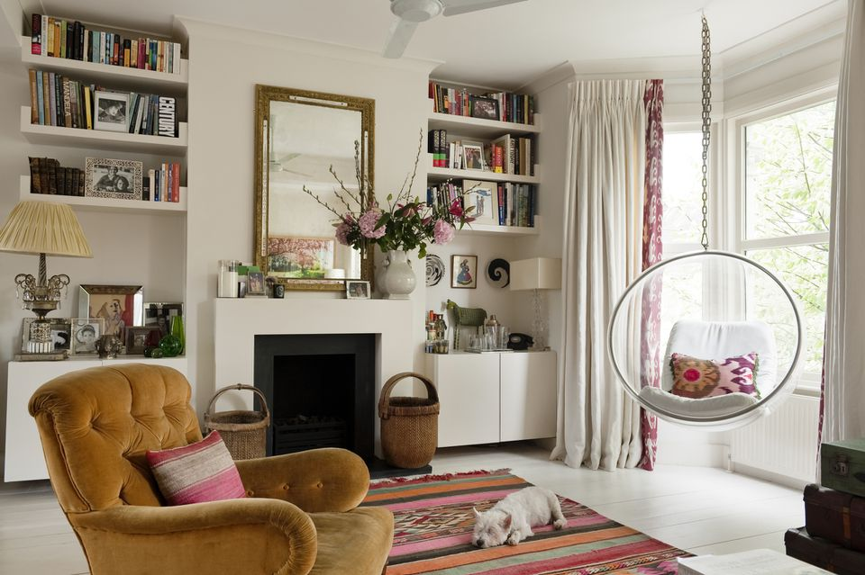 sala de estar con muchos colores y objetos llamativos