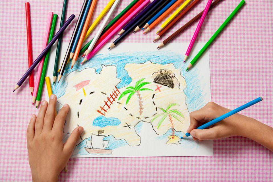 Niño pinta una imagen de lápices mapa del tesoro pirata.